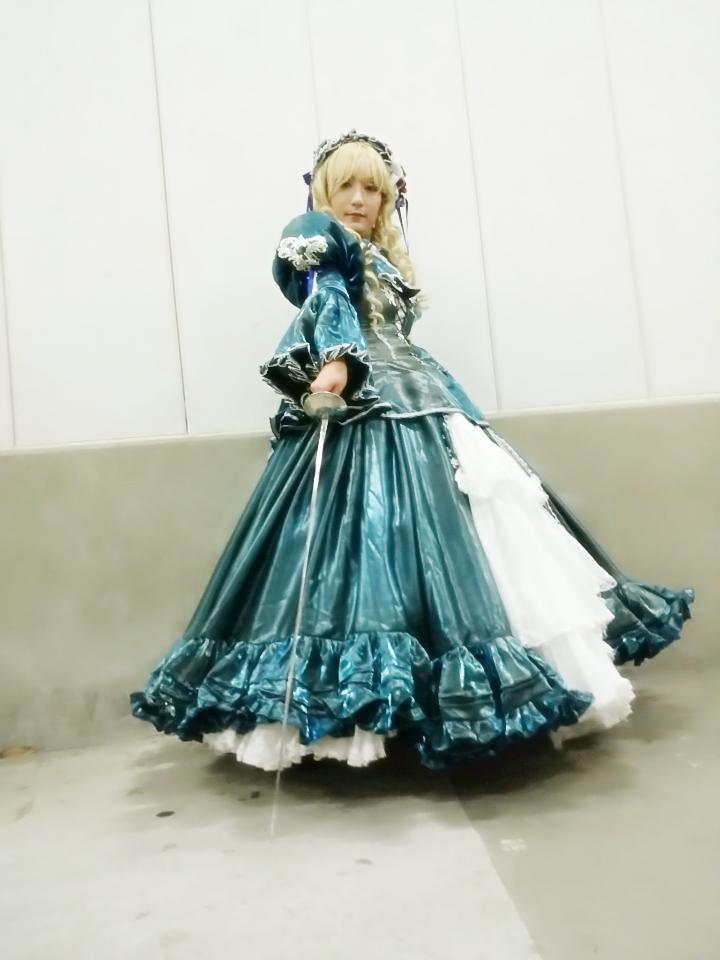 このドレスの場合は青のオーバードレスで4つの半円(2倍円とか、720度と呼びます。)で、下の白いドレスは6つの半円(3倍円・1080度)に薄いフレアをさらに倍の