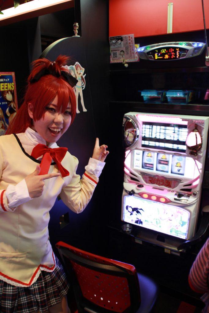 アシスタントのあんずちゃんはまどマギの杏子のコスでした☆ まどマギの台と記念撮影!