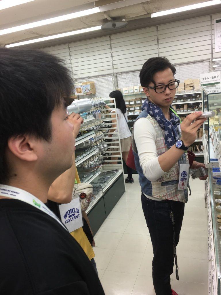 東急ハンズで素材選びをする日本代表